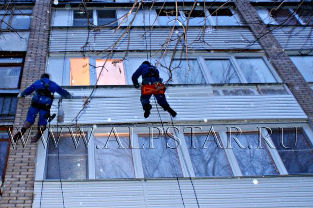 Фото. Промышленные альпинисты монтируют обрешотку под сайдинг