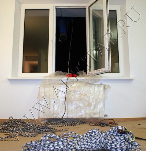 Фото. подготовка  к подъему дивана в окно, методом промышленного альпинизма
