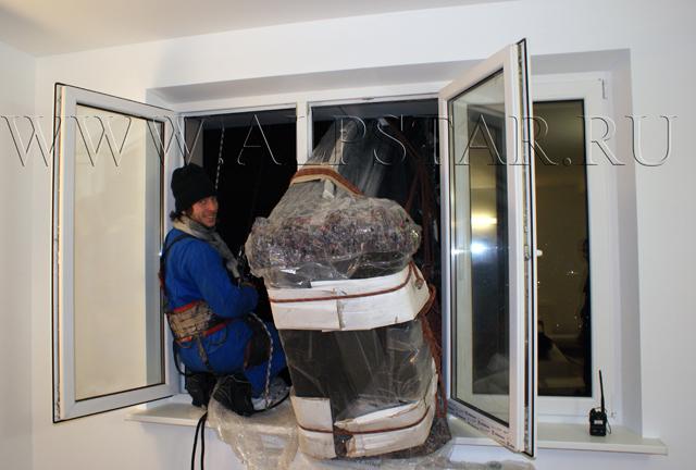 Фото. промышленные альпинисты подняли диван в квартиру