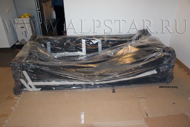 Фото. промышленные альпинисты доставили диван в квартиру
