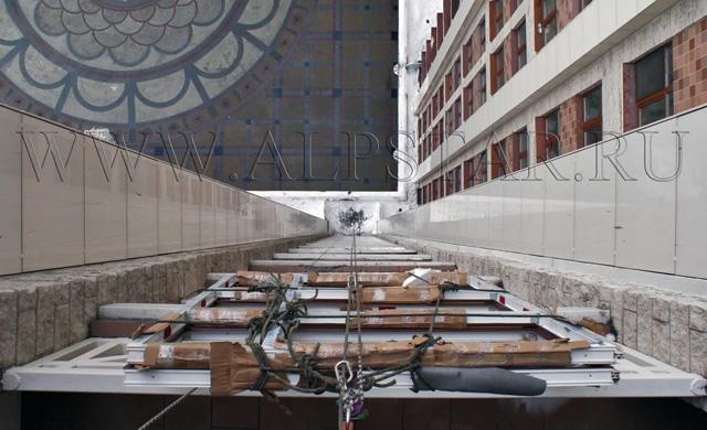 Фото. Стекло пакет на 16 этаже, подвешен на полиспасте