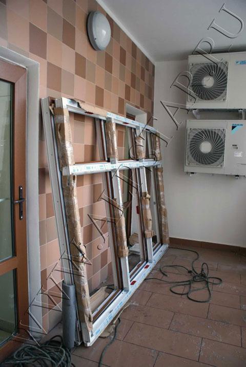 Фото. Стекло пакет доставлен на 16 этаж методом промышленный альпинизм в целости и сохранности