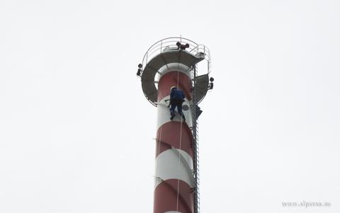 Покраска дымовой трубы промышленными альпинистами альпстар