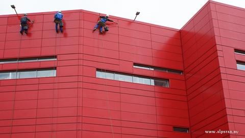 мойка окон и фасада промышленными альпинистами альпстар