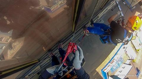 Ремонт остекления фасада промышленными альпинистами альпстар