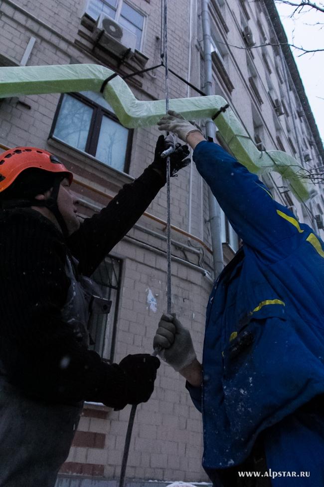 Подъем коробов на кровлю промышленными альпинистами